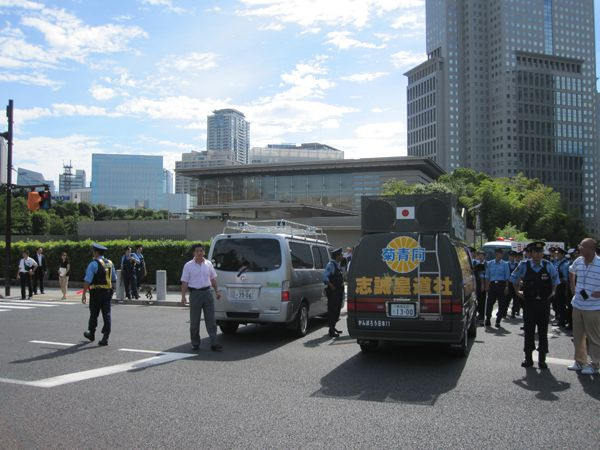 平成24年8月16日天皇陛下発言、韓国大使館・総理官邸抗議行動